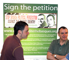 Arturo 'Beñat' Villanueva and Iñaki de Juana at the campaign launch
